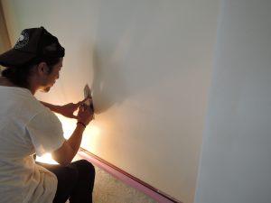 漆喰の壁を塗る様子